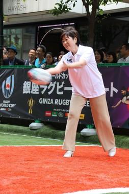 イベントに登壇した小池百合子都知事。ラグビーボールでパス練習を行い、周囲から「うまい! 上手!」という声が上がった