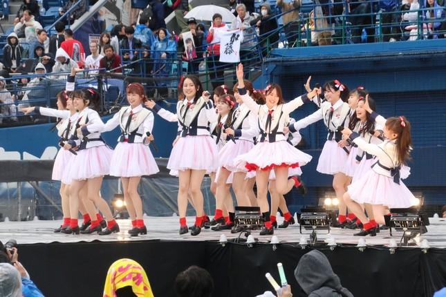 AKB48グループのコンサートでパフォーマンスするNGT48のメンバー。山口真帆さんの卒業公演には出演しない(2019年4月27日撮影)