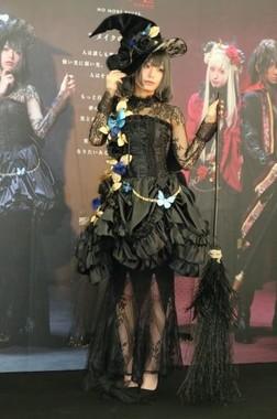 KATEのオリジナルキャラクター「黒の魔女」に扮して参加