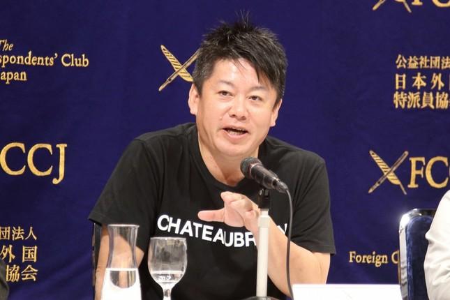 記者会見する実業家の堀江貴文氏。宇宙事業には「私財で60億円以上投資」したという