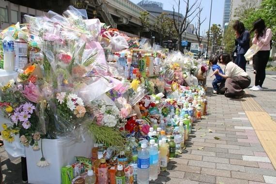 事故現場では、多くの人が手を合わせて犠牲者を追悼していた(2019年4月23日撮影)