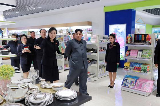 大聖(テソン)百貨店を視察する金正恩・朝鮮労働党委員長。19年4月15日にリニューアルオープンした(写真は労働新聞から)