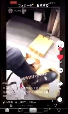ネット上で拡散している動画のキャプチャー。床に置かれた紙袋を踏みつけている