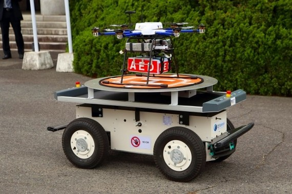 コースの前半では、ドローンは「EffiBOT(エフィボット)」と呼ばれる配送ロボットに載せられて移動した