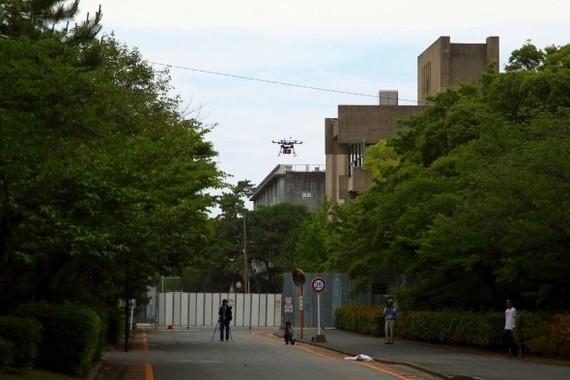 AEDを積んだドローンは大学キャンパス跡地の建物を回り込んで目的のポイントに向かった