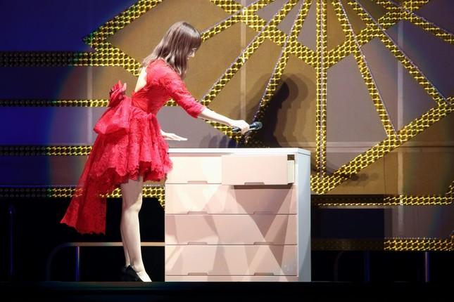 「大感謝祭」の最後で、タンスにマイクを入れる指原莉乃さん。11年間のアイドル生活に正式に別れを告げた