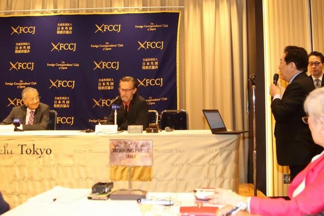 「ルック・イースト」について質問する元長野県知事で作家の田中康夫氏(右)