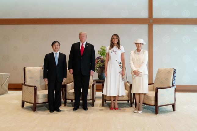 ホワイトハウスが公開した両陛下・トランプ夫妻の写真(Official White House Photo by Andrea Hanks)