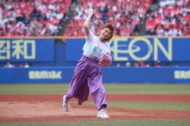始球式に臨む中川翔子さん。ホールは右にそれて「ノーバン」とはいかなかった