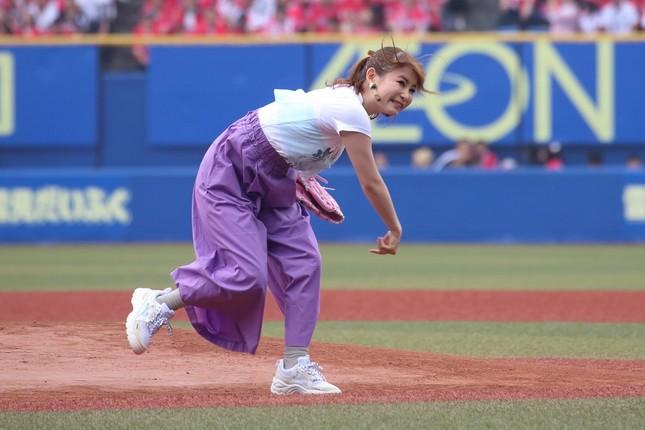 ボールが右にそれたのを見て悔しそうな表情を見せる中川翔子さん