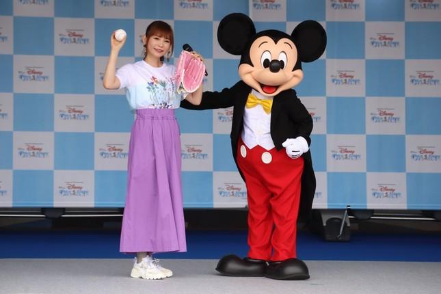 始球式に先立って行われたセレモニーでは、ミッキーマウスからピンクのグラブとボールを受け取った(c)Disney