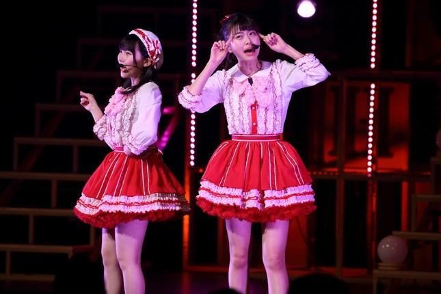 HKT48の田中美久さん(左)と松岡はなさん(右)(2017年4月撮影)