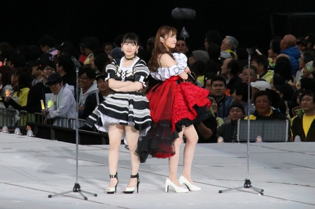 指原莉乃さんの卒業コンサートでパフォーマンスするHKT48の田中美久さん(左)(2019年4月撮影)