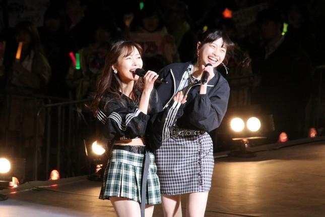 指原莉乃さんの卒業コンサートでパフォーマンスするHKT48の松岡はなさん(右)(2019年4月撮影)