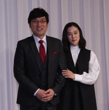 結婚報告会見に臨んだ山里亮太さん(左)と蒼井優さん
