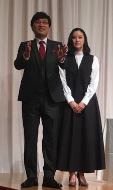 フォトセッション終了後、最後に記者団に挨拶する山里亮太さんと蒼井優さん