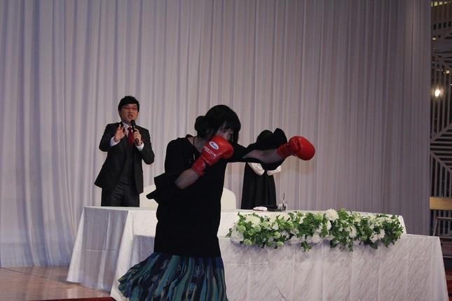 山里亮太さんを祝福しに訪れた山崎静代さん