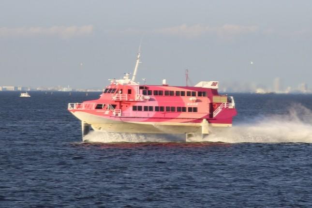 記者会見場になったレストラン船「ヴァンティアン」を追い抜くジェットフォイル「セブンアイランド愛」