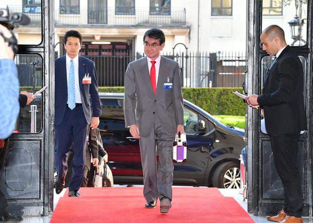 「ベーコン」発言翌日には、パリのOECD閣僚理事会へ(外務省Flickrより)