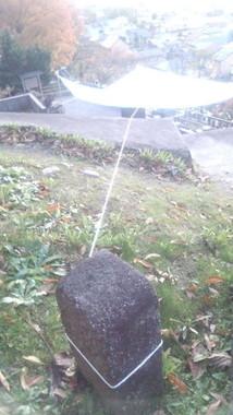 飯盛尚子さんの2012年11月の投稿より。墓石にロープがくくりつけられた