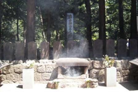 白虎隊十九士の墓。このエリアの入り口に一対の狛犬がある(飯盛山公式サイトより)
