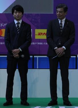「ラグビーW杯2019日本大会」の100日前イベントに登壇した櫻井翔さん(左)と舘ひろしさん