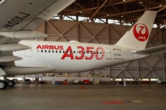 機体後部には大きく「A350」の文字をあしらった。初号機の文字の色は「挑戦のレッド」だ