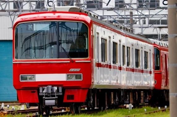 3100系の新塗装。後方に従来の赤一色の一般車が見える(ツィッターユーザーの紅い鉄道@Red Train(@meitetsu_1800)さんより)