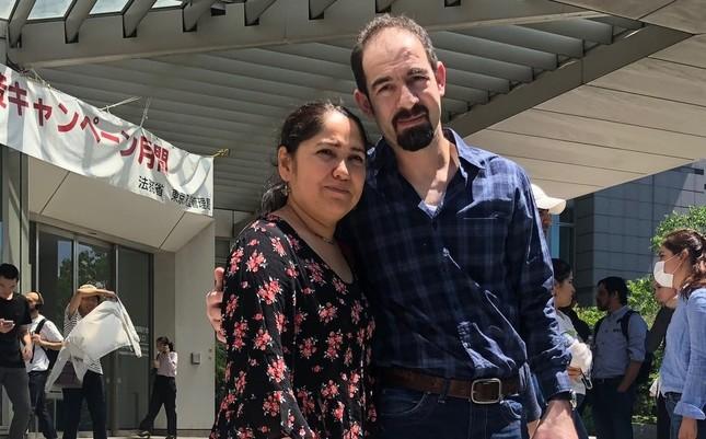 仮放免されたメメットさん(右)と妻のヤスミンさん