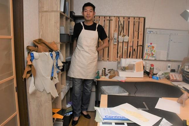 工房でパンプスを履く伊藤さん