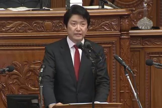 内閣不信任決議案に反対の討論をする日本維新の足立康史衆院議員(写真は衆院インターネット中継から)