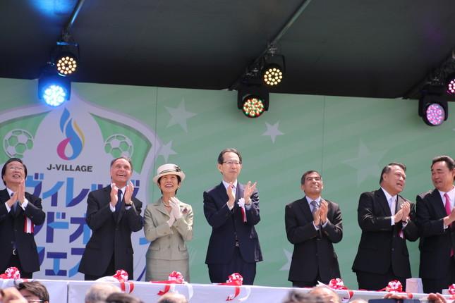グランドオープンを祝いたくさんの風船が大空に舞い上がった(オープニングセレモニーで。左から3人目が高円宮妃久子さま)