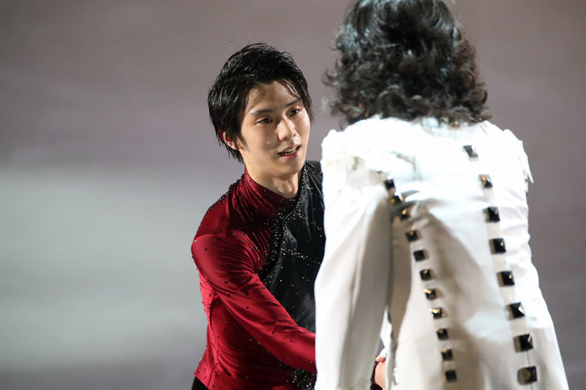 「ファンタジー・オン・アイス2019」初日、Toshlさんと握手する羽生結弦選手(写真:YUTAKA/アフロスポーツ)