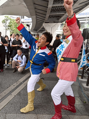 「아무로·레이」의 코스프레로 등장한 타마키 유우이치로씨(왼쪽)(사진:Natsuki Sakai/아후로)