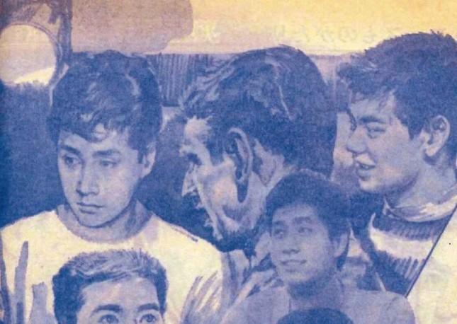 「平凡」(平凡出版)1965年3月号より引用。絵物語「四つの夢に乾杯」より引用。明示されていないが、後ろ姿で描かれている男性がジャニーさんとみられる。絵はイラストレーターの故・石原豪人さん