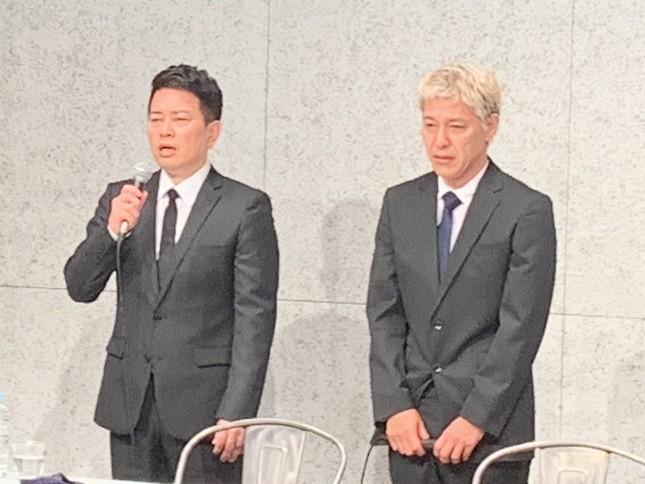 謝罪会見に臨んだ宮迫さんと田村さん(2019年7月20日撮影)