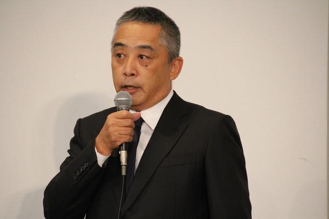 会見に臨んだ岡本社長