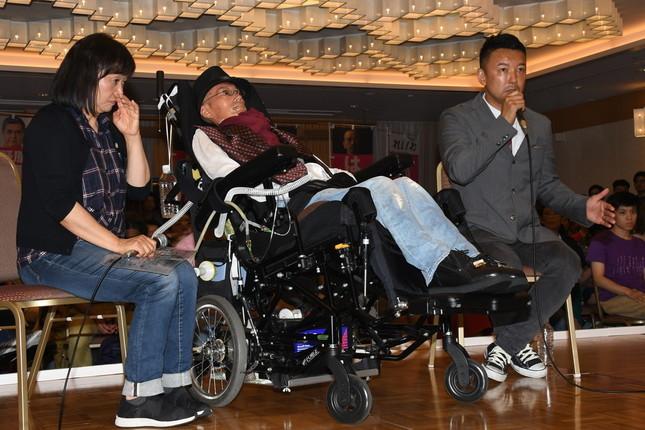 参院選で「れいわ新選組」は筋萎縮性側索硬化症(ALS)患者の舩後靖彦(ふなご・やすひこ)氏(写真中央)ら2人が当選した