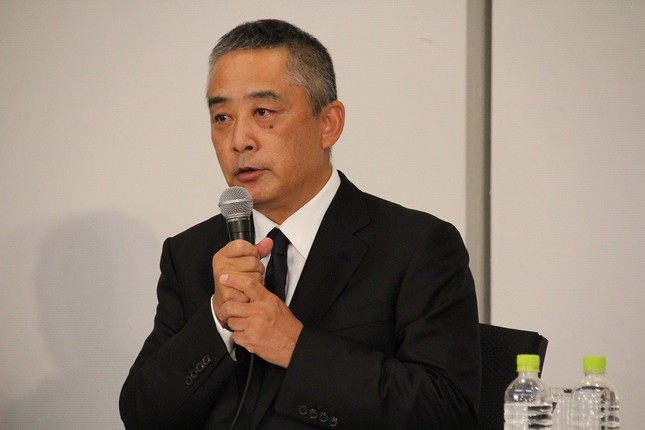 22日に開かれた記者会見に出席した岡本昭彦社長
