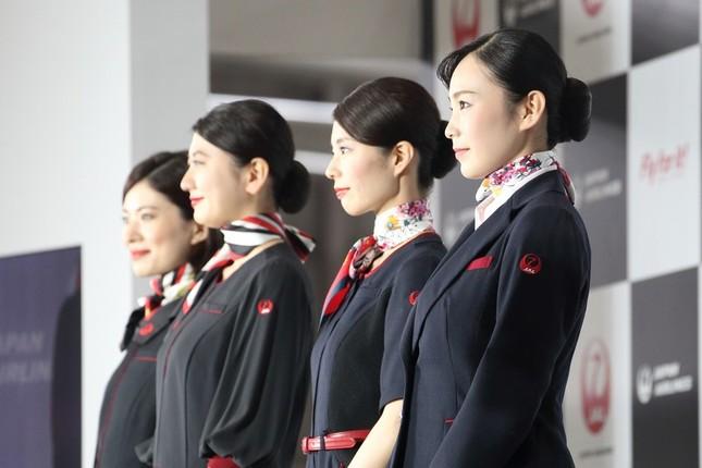 新制服でも袖に「鶴丸」ロゴが入った。奥2人が客室乗務員(CA)、手前2人が地上スタッフ