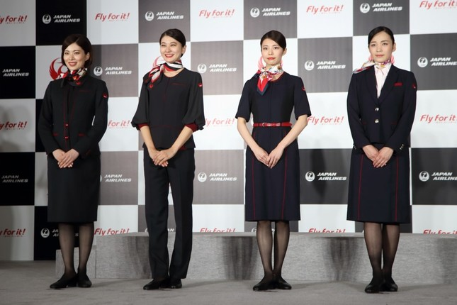 新制服は2020年から導入される。左からCA(ワンピース)、CA(パンツスタイル)、地上スタッフ(ワンピース)、地上スタッフ(ジャケット・スカート)