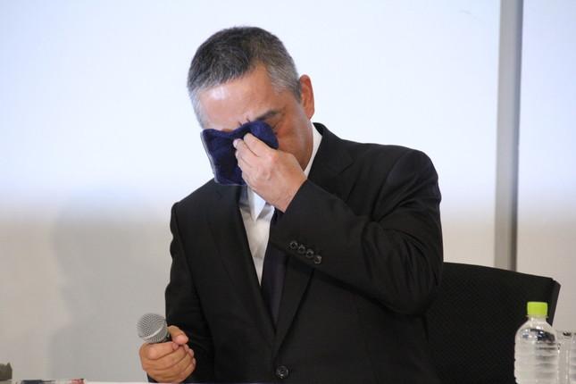22日に会見した吉本興業の岡本昭彦社長