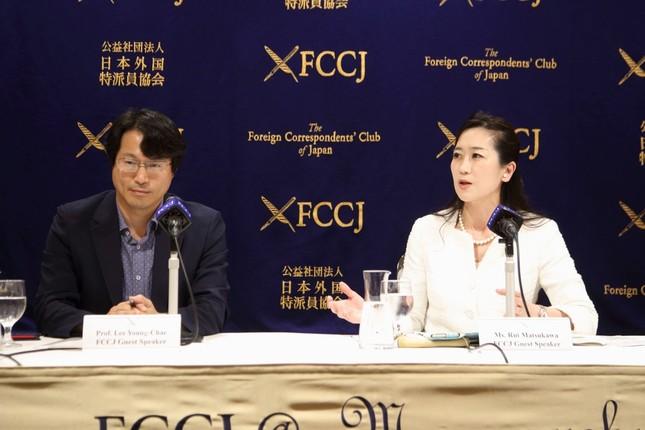 恵泉女学園大学の李泳采(イ・ヨンチェ)教授(左)と自民党の松川るい参院議員(右)。議論が平行線をたどる場面も目立った