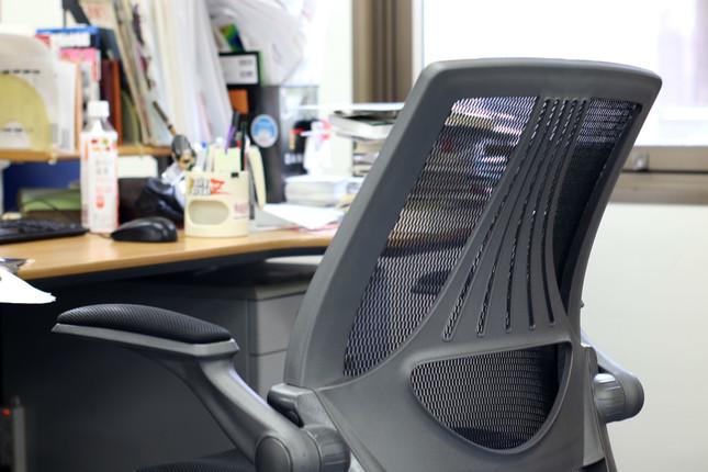 筆者がいつも座っている「編集長の椅子」。机の上はいつもモノでいっぱい