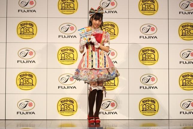 大のカントリーマアム好きで知られるAKB48の小栗有以さん。外装や個包装で製作した衣装に大喜びだ