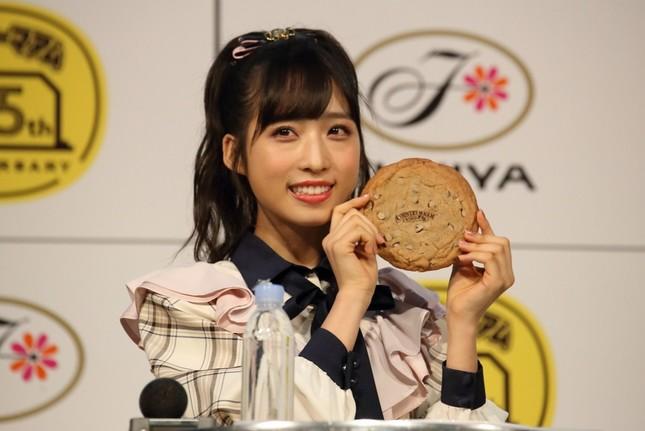 巨大なカントリーマアムを前に笑顔を見せるAKB48の小栗有以さん