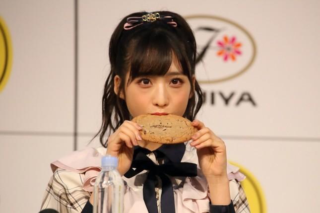 巨大なカントリーマアムをほおばるAKB48の小栗有以さん