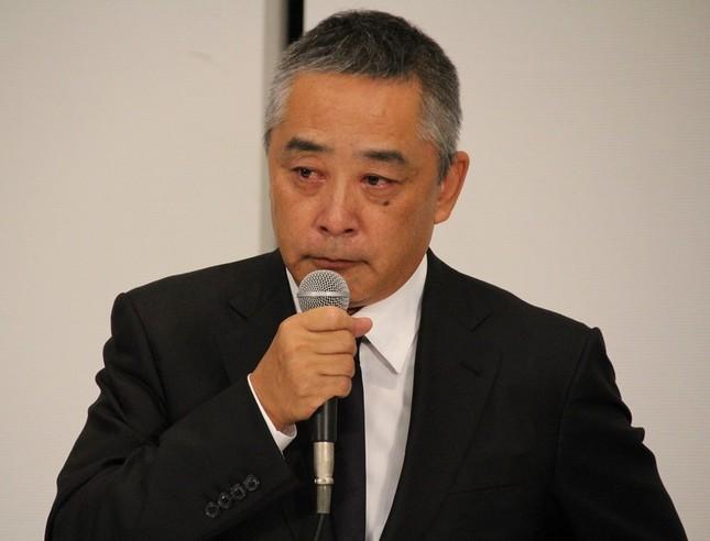 記者会見で謝罪する岡本昭彦社長(2019年7月22日撮影)