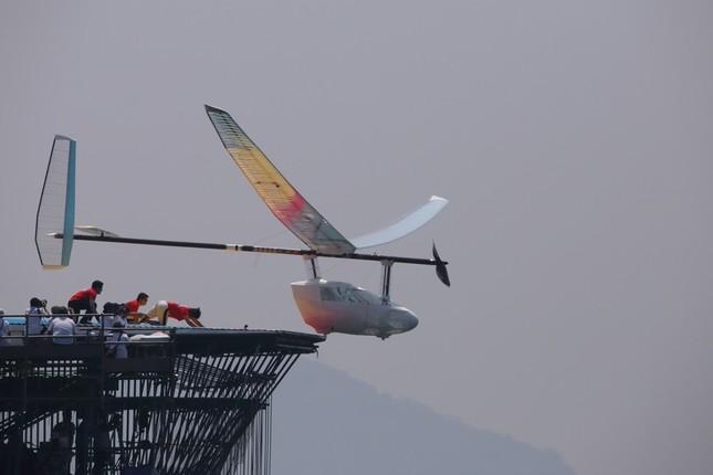 プラットホームから飛び立つ「人力プロペラ機部門」参加機