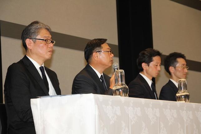 会見した(左から)田口氏、後藤氏、清水健氏(セブン&アイHD執行役員、セキュリティ対策プロジェクトリーダー)、奥田裕康氏(セブン・ペイ取締役、営業部長)